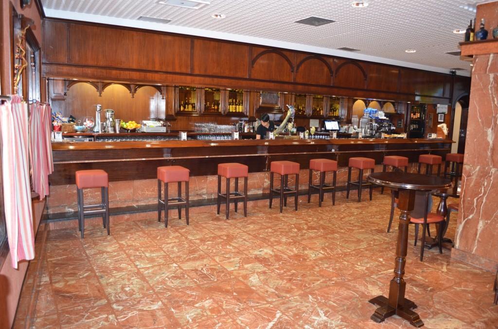 Vista interior de la cafetería Etxarte. Bar de pintxos en Gernika