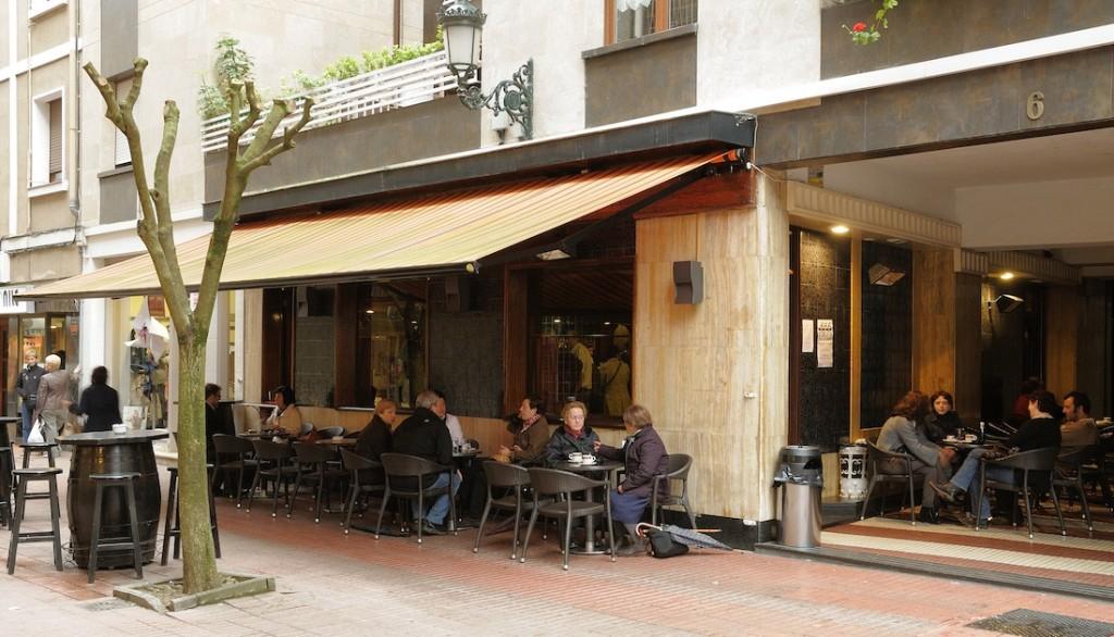 Vista de la terraza exterior de la Cafetería Etxarte. Bar de pintxos en Gernika