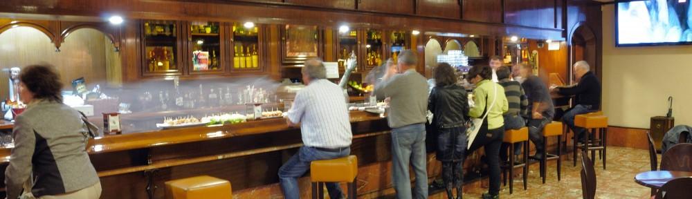Vista del interior de la Cafetería Etxarte. Bar de pintxos en Gernika
